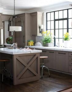 Nội thất có bề mặt sáng bóng giúp ánh sáng lan tỏa trong nhà tối ưu.
