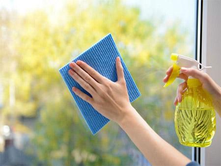 Lau sạch cửa kính để lấy sáng tối ưu cho nhà.